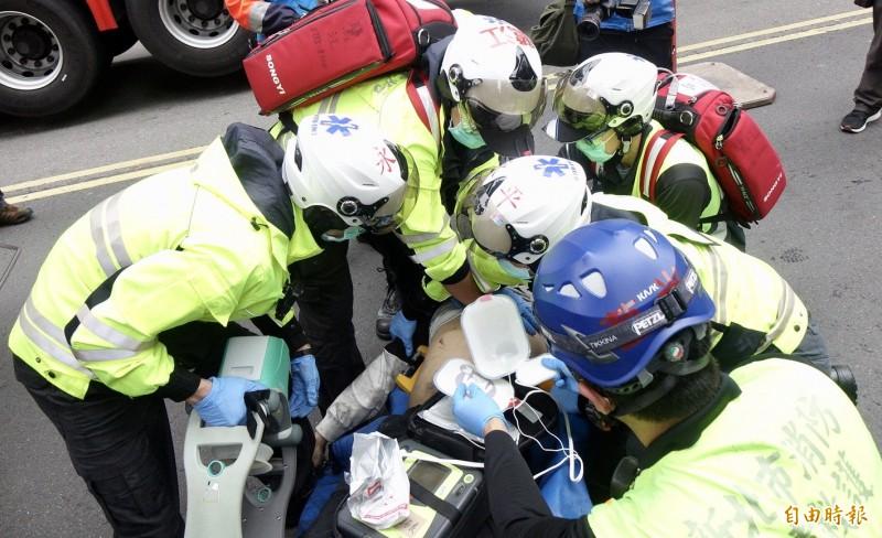 台北市林森北路錢櫃KTV26日早上發生大火,這起火警造成慘重傷亡。(記者羅沛德攝)