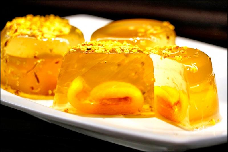 枇杷QQ凍則將新鮮枇杷融入水嫩Q彈的果凍內,再添加珊瑚蜂蜜提味,金黃色澤透亮著春天的生命力。(記者鄭名翔翻攝)