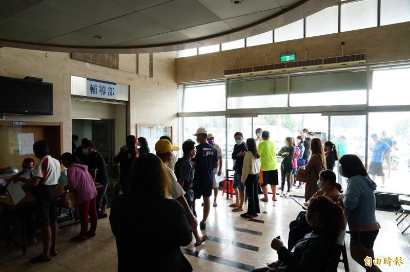 東港區漁會一大早就湧入大批漁民前來申請紓困現金補貼。(記者陳彥廷攝)