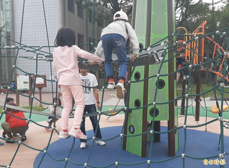 屏東縣暑期學生工讀共230個職缺,包括協助照顧公立托兒所幼兒等工作。(記者侯承旭攝)