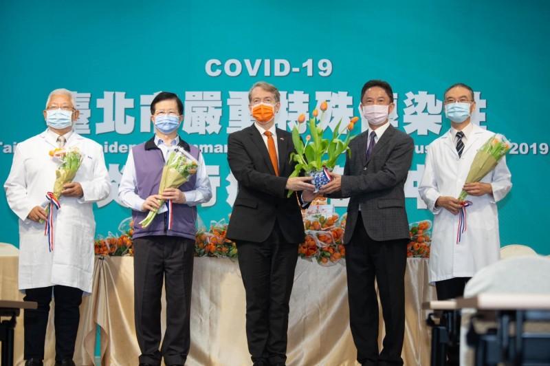 荷蘭在台辦事處為表達對台灣第一線醫護人員的謝意,在荷蘭國慶日國王節的今天,專程空運3999朵國花鬱金香來台,分送指揮中心與指定醫院等處。(荷蘭在台辦事處提供)