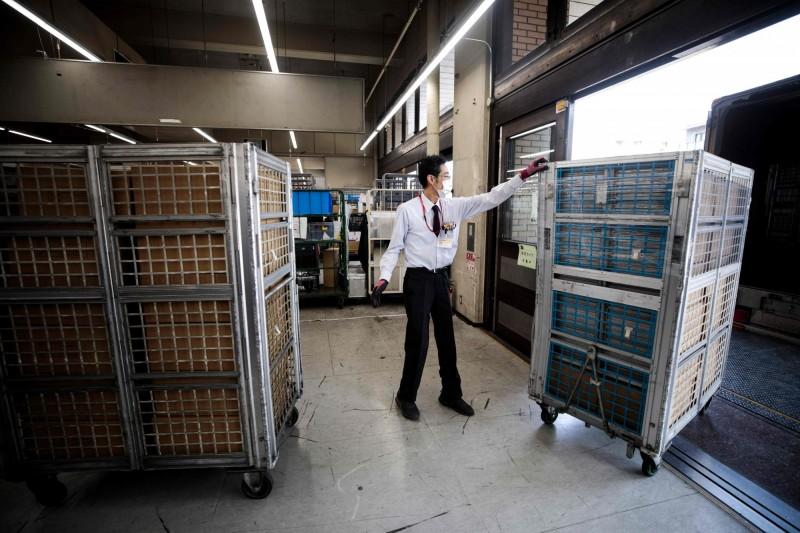日本郵局至今累計31名員工確診,導致大量郵件包裹配送延誤。示意圖。(法新社)