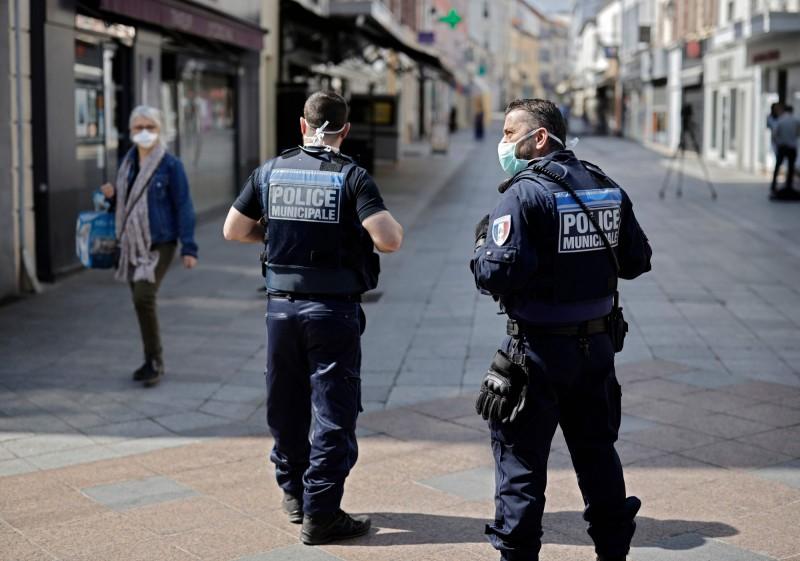 法國有不肖人士想要藉著災難發大財,從國外購入口罩後再轉手撈一筆,最後14萬個口罩都被警方查扣。法國警察示意圖。(法新社)