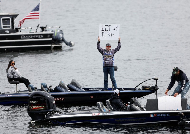 圖為美國華盛頓州民眾抗議當局因應疫情所祭出的捕魚禁令。(路透)