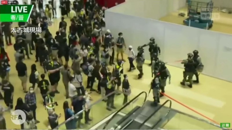 26日傍晚有數百名香港人在網路串連,聚集在香港東區的商場「太古城中心」舉行「和你唱」活動,但香港警方以《限聚令》為由,進入商場強行驅散示威者,導致雙方發生衝突。(圖擷取自《RFA自由亞洲粵語》YouTube)