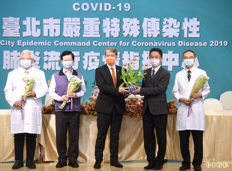 荷蘭代表處捐贈鬱金香給北市醫療人員儀式,27日在台北市政府舉行,由荷蘭代表處代表紀維德與市府發言人周台竹代表雙方進行。 (記者方賓照攝)
