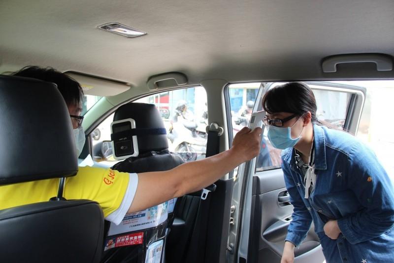 乘客上車前量體溫。(圖由屏東縣政府提供)
