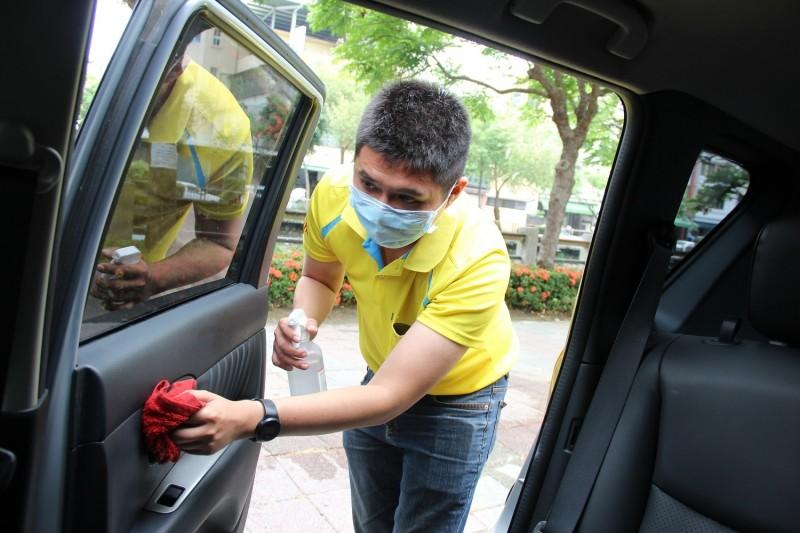 小黃公車駕駛每日多次消毒車子。(圖由屏東縣政府提供)