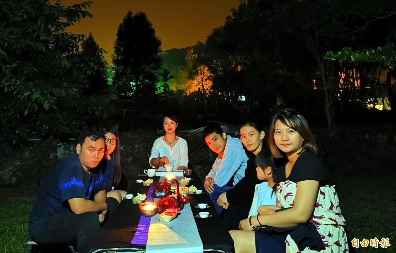 南投縣鹿谷鄉小半天休閒農業區推出「螢火蟲茶席」活動,讓民眾一邊賞螢、一邊品茗,留下美好的回憶。(記者謝介裕攝)