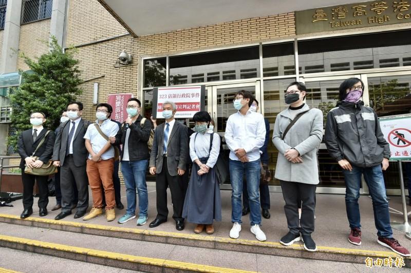 「323佔領行政院事件」二審宣判,被告魏揚、陳廷豪等人與律師團判後記者會。(記者塗建榮攝)