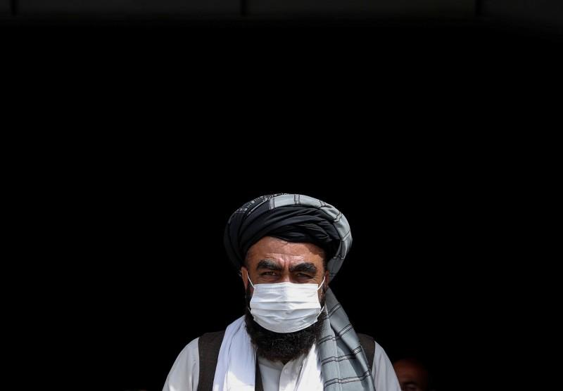 南亞地區多個國家要求民眾在公共場所必須配戴口罩,卻讓貧民面臨嚴峻選擇,若把微薄的薪水拿去買日漸昂貴的口罩,代價卻是面臨缺糧危機。(路透)
