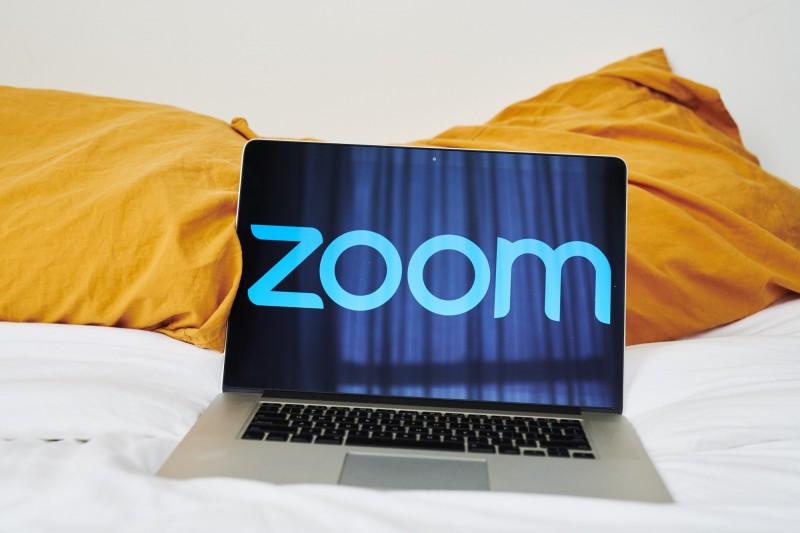 香港中文大學某堂通識課傳出,在利用遠距視訊軟體Zoom進行考試時,被多名不明人士駭入系統,並播送色情片。(彭博檔案照)