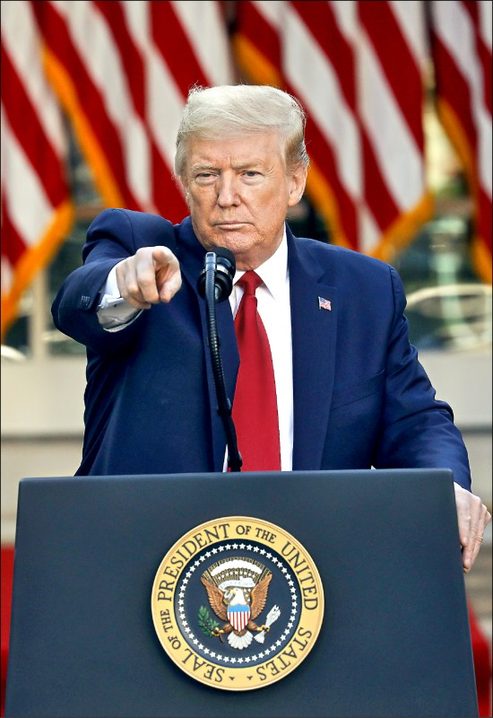 美國總統川普二十七日在白宮例行記者會上表示,正在調查中國處理武漢肺炎疫情作為,並暗示也將向中國求償。(彭博)