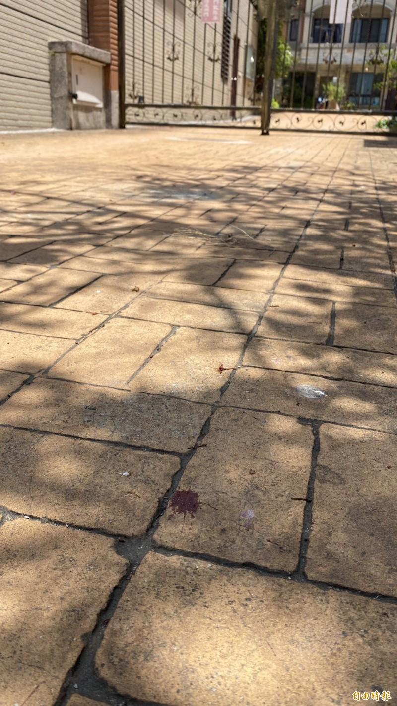 社區走道留有呂女血跡。(記者張軒哲攝)