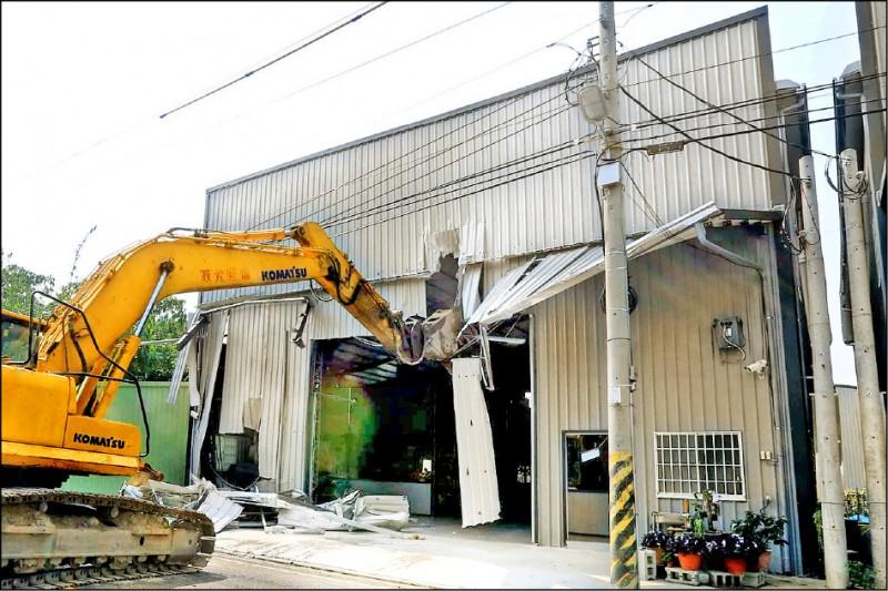 台中市去年十月發生大雅區違章工廠大火釀兩消防員罹難,市府強力稽查半年來,共有七百餘件違章工廠拆除。(市府提供)