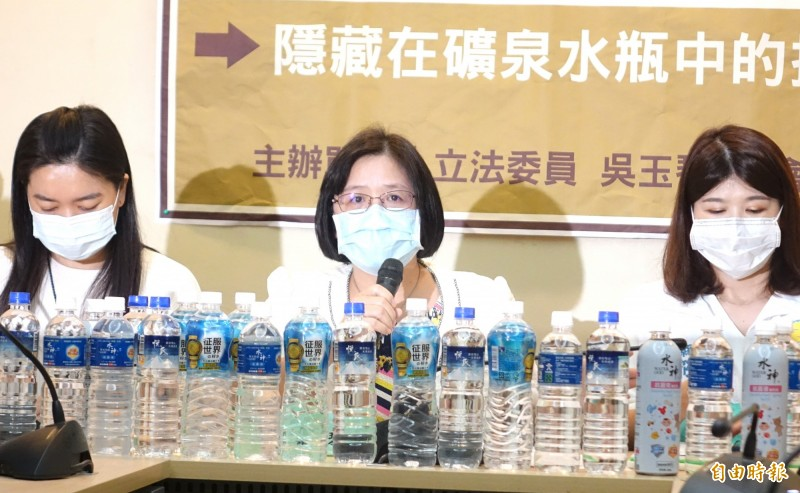 民進黨立委吳玉琴(圖中)召開「水神只能用來擦窗戶,千萬不要喝下肚,隱藏在礦泉水中的抗菌液」記者會。(記者王藝菘攝)