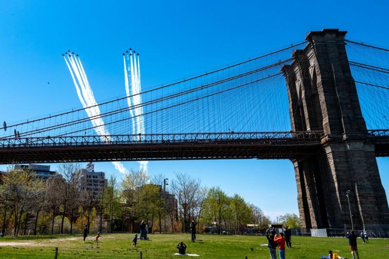 美國海軍及空軍於當地時間週二(28日)中午(台灣時間28日午夜)進行聯合編隊飛行,劃過紐約州、紐澤西州及賓州天際,向美國抗疫人員致敬。(路透)