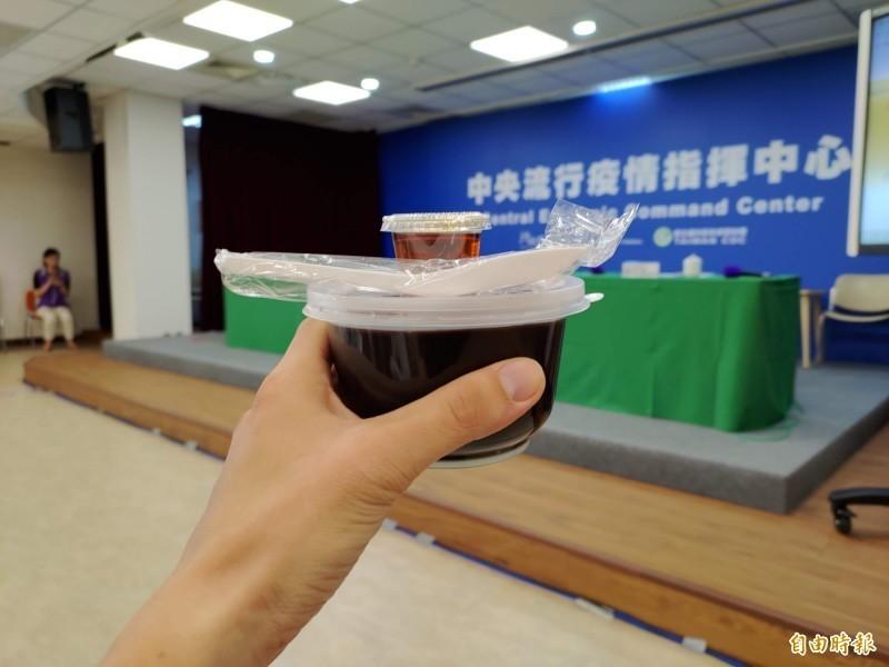 中央流行疫情指揮中心請所有媒體記者一份龜苓膏,象徵病例「歸零」。(記者吳亮儀攝)