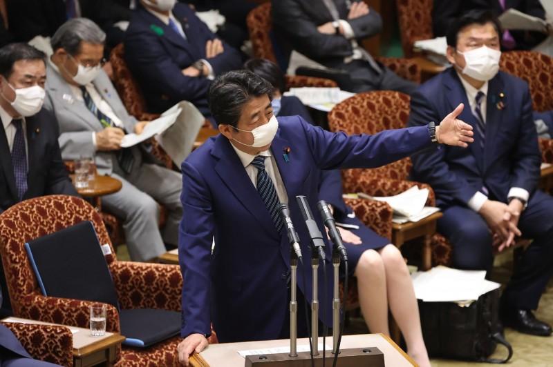 安倍晉三今日在參院預算委員會會議上表示,「有關5月6日能不能說緊急狀態已結束,目前依然處於嚴峻狀況」。(法新社)