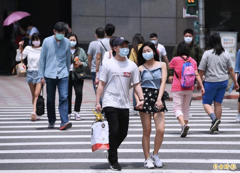 有網友好奇,為何台灣在民眾「趴趴走」的狀況下仍能防疫成功?鄉民分析指出,其中關鍵就是「戴口罩」。(資料照)