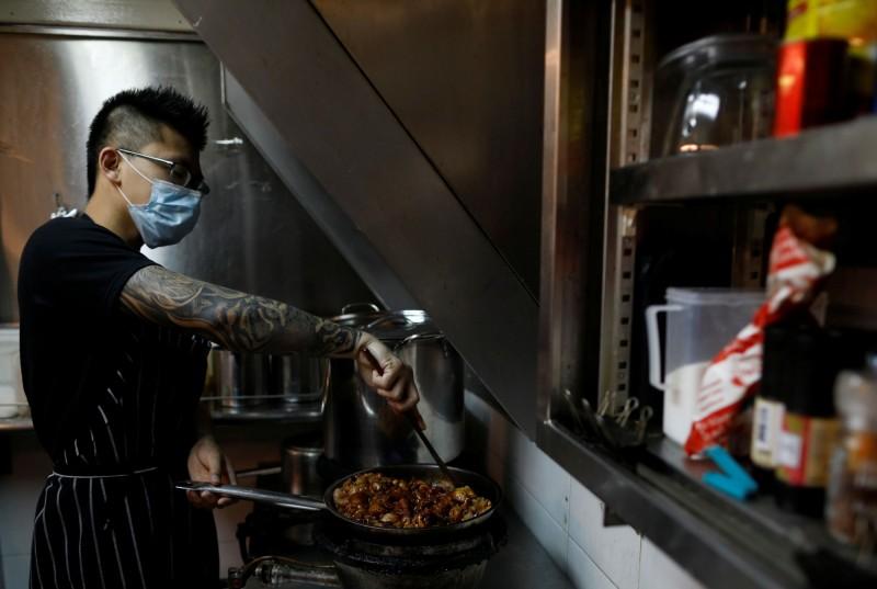 武漢肺炎重創新加坡經濟,28歲「流氓廚師」蔡傑森堅持開業,甚至成立公益供餐基金會,希望能夠幫助陷入困境的弱勢家庭。(路透)