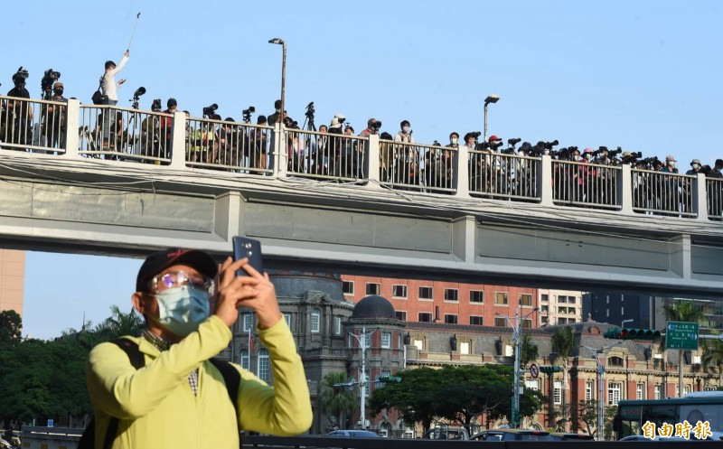 台北懸日今日傍晚即將登場,忠孝西路天橋上已擠滿前來拍照及賞景的民眾。(記者廖振輝攝)