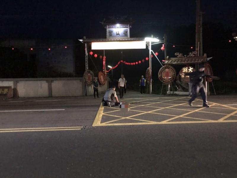 2歲男童衝出馬路遭無照貨車駕駛撞上,急救一晚遺憾仍不治。(記者蔡政珉翻攝)