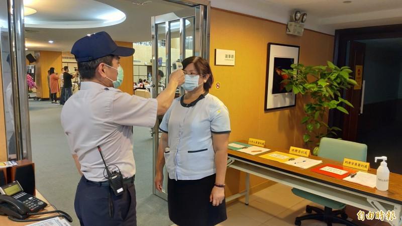 南市議會開議,進入議事廳均得配戴口罩、量測體溫才能進入。(記者蔡文居攝)