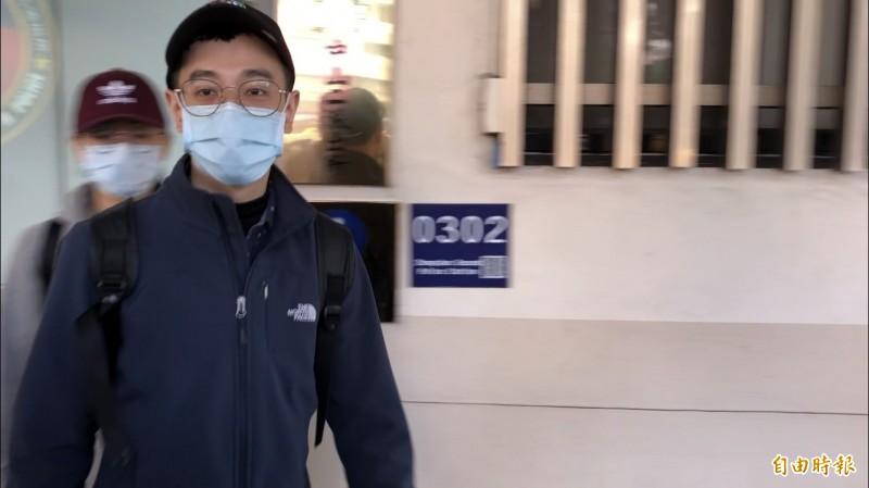 張瑋宏的哥哥前往派出所處理後續事宜,低調不願受訪。(記者王冠仁攝)