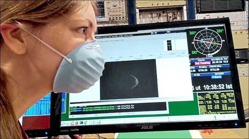 小行星的特殊表面,與戴著口罩的科學家相映成趣。(取自NASA Asteroid Watch推特)
