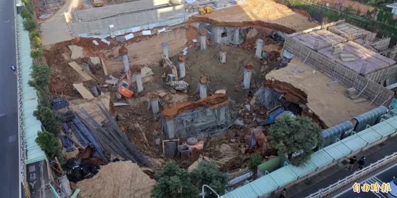 桃園市平鎮區文化公園地下停車場工地突然崩塌。(記者許倬勛攝)
