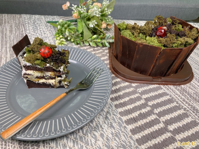 『月光森林』蛋糕,浮誇的像一座森林,上頭微波綠蛋糕配色,加上可愛瓢蟲巧克力。(記者郭宣暄攝)