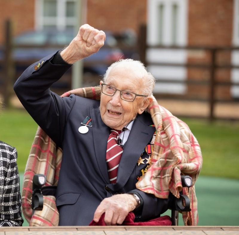 英國二戰老兵摩爾(見圖)前陣子發起助行器挑戰,替英國醫護人員募得鉅資,今天慶祝100歲生日,獲得英國舉國上下祝賀。(歐新社)