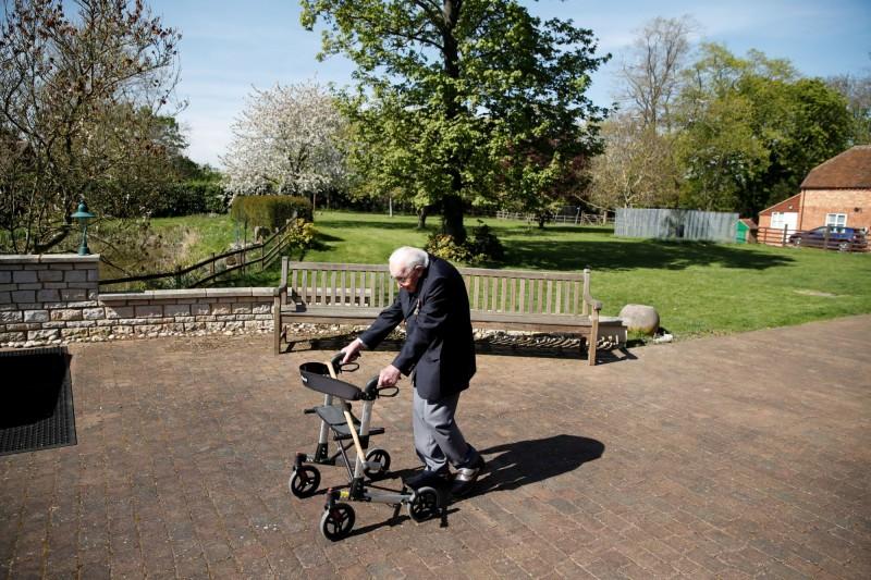 英國二戰老兵摩爾在自家後花園走100遍,致力幫醫護人員募款的畫面,激勵了全國人民。(路透)