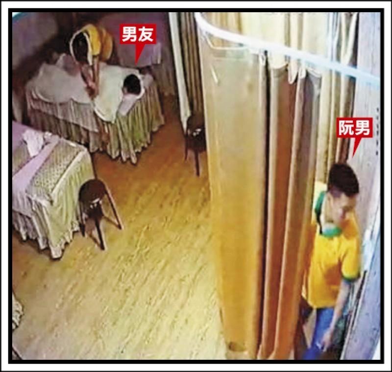 色狼按摩師(右下)色膽包天,不顧女大生男友(左上)就在布簾旁邊,仍強行性侵女大生。 (資料照)