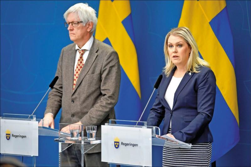 歐洲追隨美國腳步,主張對武漢肺炎病毒起源展開國際調查,其中瑞典衛生部長哈倫格倫(右)主張連世界衛生組織也該接受調查。圖為哈倫格倫與公衛署長卡爾森(左)三月間主持武漢肺炎疫情新聞簡報會。(路透檔案照)