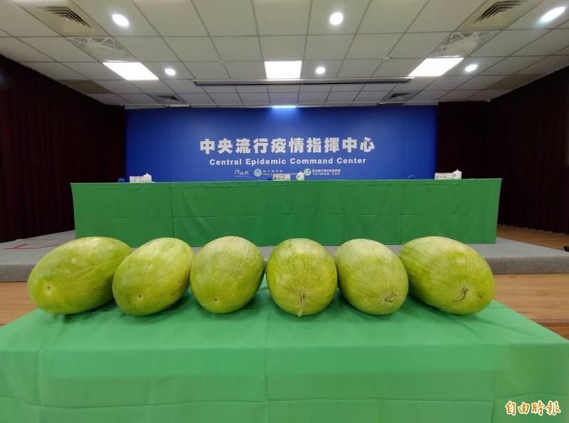 今天「6零」,指揮中心擺出6顆大西瓜。(記者吳亮儀攝)