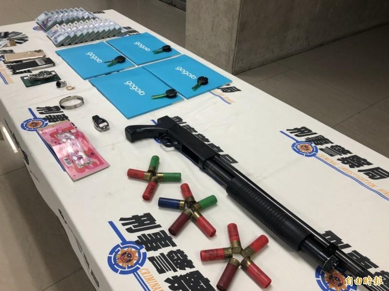 警方查扣霰彈槍、霰彈14發、199萬6千元現金、手機、本票、中國銀聯卡、銀行單據等贓證物。(記者邱俊福攝)