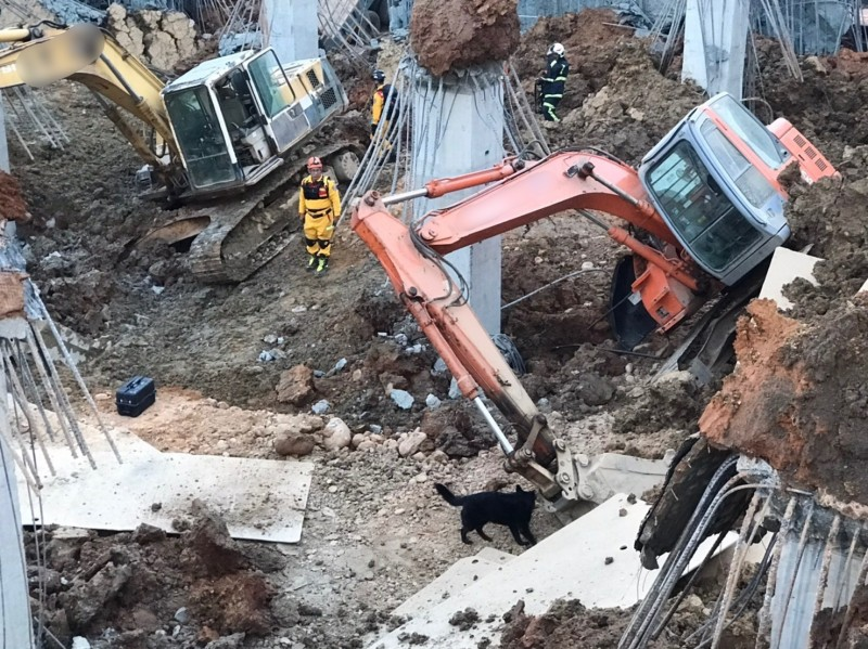 桃園市平鎮地下停車場工程昨天發生崩塌意外,釀成1死2傷。(記者魏瑾筠翻攝)
