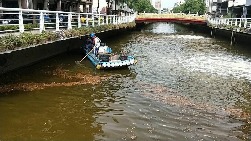 高雄市長韓國瑜昨大動作宣傳幸福川清淤成果,今被民眾目睹幸福川變成「垃圾川」,環保局派員清理。(記者蔡清華翻攝)