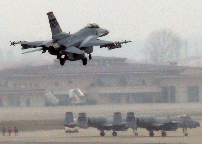美國駐歐空軍第52聯隊第480戰鬥機中隊的一架F-16C戰鬥機,在服役將近27年之後飛行時數突破一萬小時。美國空軍F-16C示意圖。(法新社)