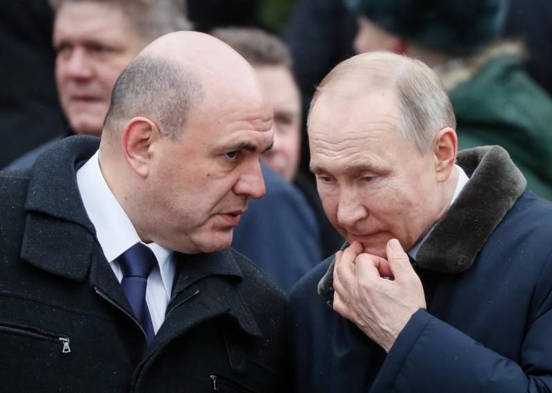 俄羅斯總理米舒斯京(Mikhail Mishustin,左)確診武漢肺炎,右為俄羅斯總統普廷。(歐新社)