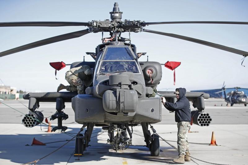美國國務院已批准向菲國出售AH-1Z蝰蛇和AH-64阿帕契直升機,菲國最終將從兩者之中選擇一款。圖為AH-64阿帕契直升機。(法新社)