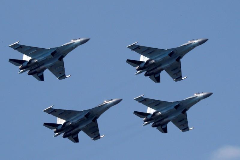 受到武漢肺炎影響,俄羅斯原定5月9日舉行的紅場閱兵被迫延期,但總統普廷仍宣布當天將舉行空中閱兵。圖為蘇-35戰機。(路透)