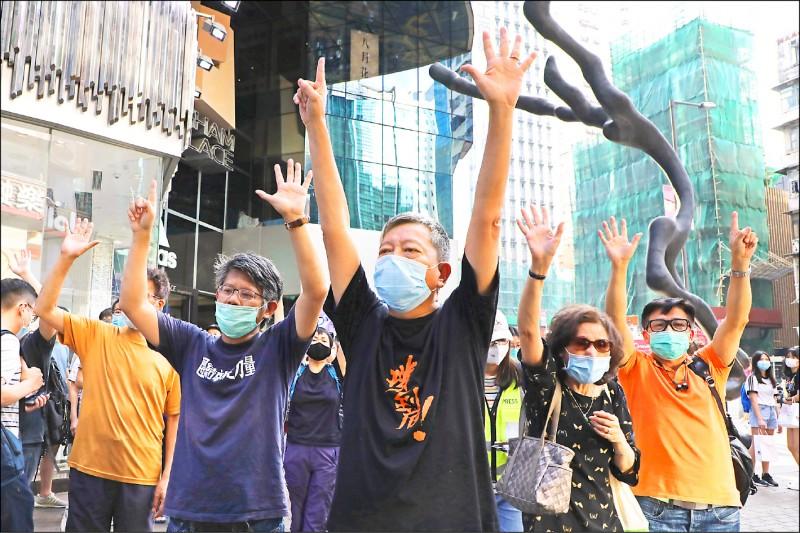「反送中」運動在香港近來疫情趨緩下,再度透過網路串聯,號召5月1日勞動節下午在5區以堵路、光顧「反送中」商店等形式進行快閃示威。(美聯社)