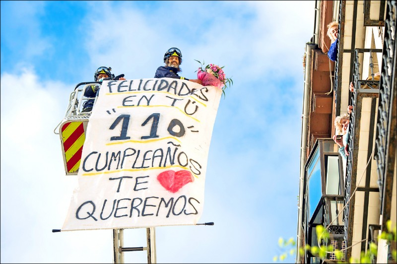 馬德里消防隊4月30日展開特別任務,為高齡110歲的老太太卡哈爾慶生。(歐新社)