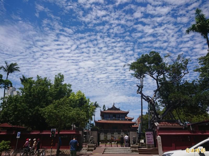 今日台南天氣超好,抬頭一望滿滿「棉花糖」。(記者洪瑞琴攝)
