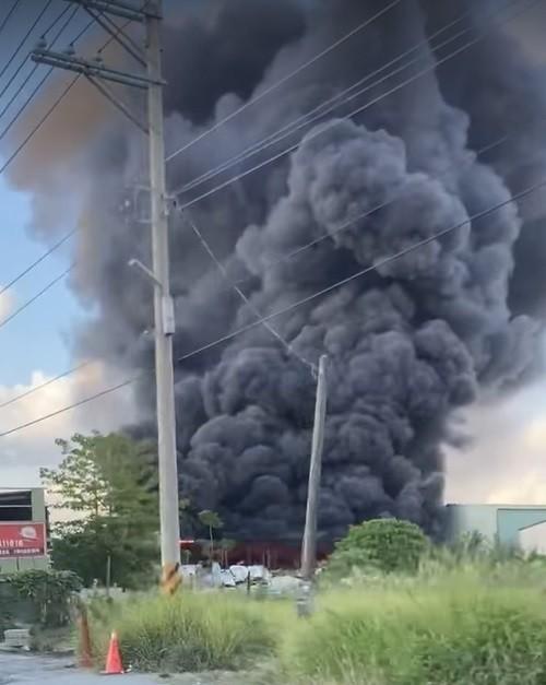 大寮區華中南路附近的工廠火警,黑煙竄入雲霄。(取自爆料公社)