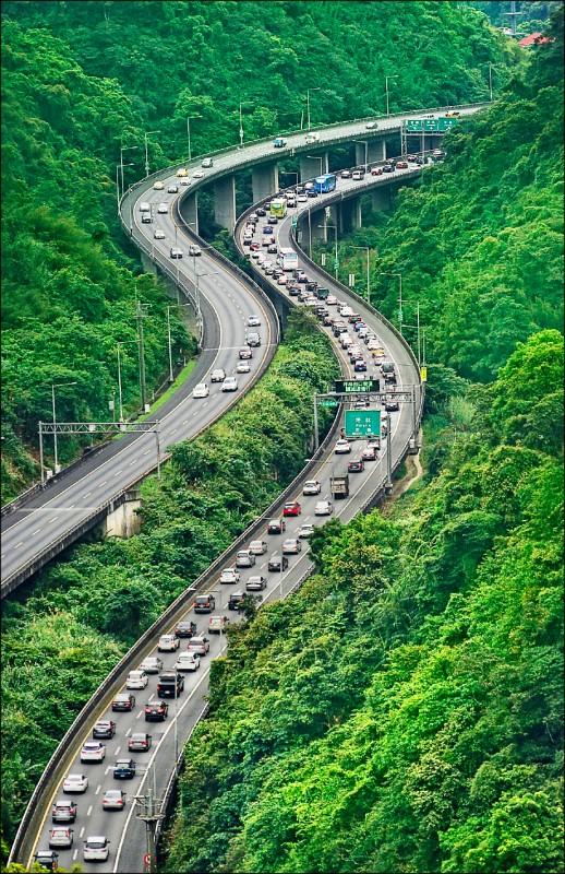 五一連假首日,國道部分路段1日出遊車潮量較多,國道5號坪林段往宜蘭方向直到下午仍壅塞,時速大多不到40公里。(中央社)