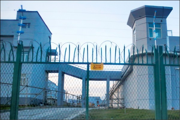 中國長期迫害新疆人權,圖為再教育營外觀。(路透)